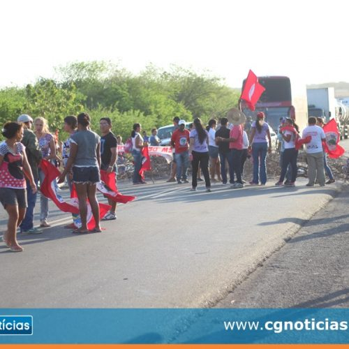 Manifestantes bloqueiam BR-316 em Campo Grande do Piauí em protesto contra a Reforma da Previdência