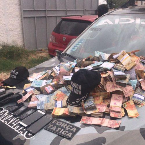 Imagens mostram PMs deixando banco com R$ 300 mil que sumiram após assalto