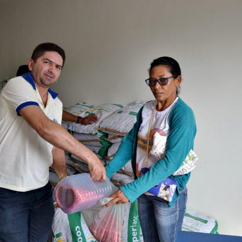 Agricultores recebem sementes para plantio em Belém do Piauí