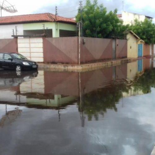 Forte chuva deixa ruas alagadas na cidade de Picos