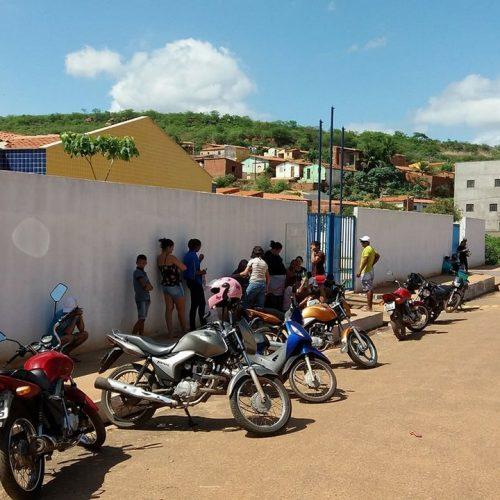 Famílias passam dois dias em fila para conseguir vaga em creche de Picos