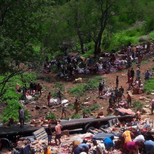 Carreta com produtos da 'Natura' tomba na BR 316, na ladeira de Fátima do Piauí; veja fotos