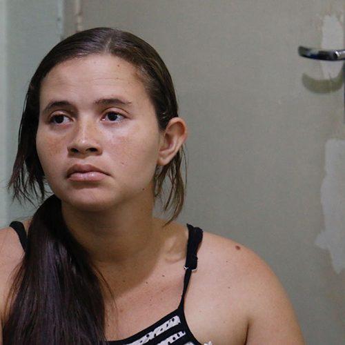 Mãe de menina morta quer PMs expulsos e faz apelo em quartel