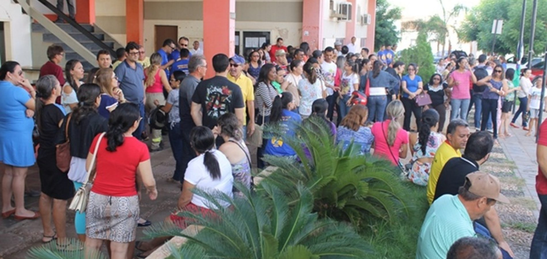 Com salários atrasados, servidores da Saúde e Educação realizam manifestação na Prefeitura de Picos
