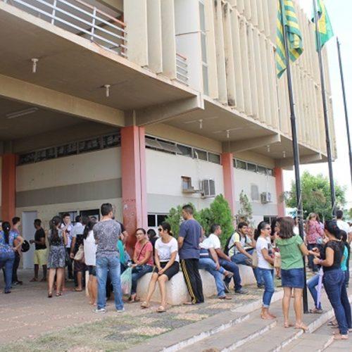 Com salários atrasados, servidores realizam manifestação em frente a Prefeitura de Picos