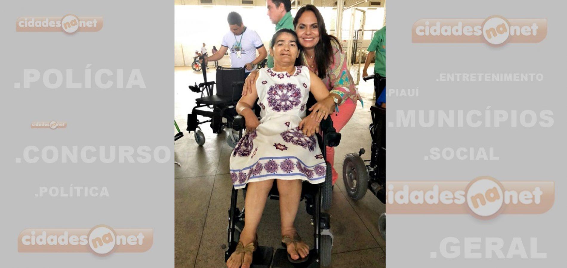 Em Teresina, pessoa com deficiência de Patos do Piauí recebe cadeira de roda motorizada