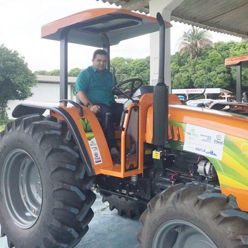 Caridade do PI | Prefeito Toninho recebe trator agrícola; agricultores serão beneficiados com aração de terras