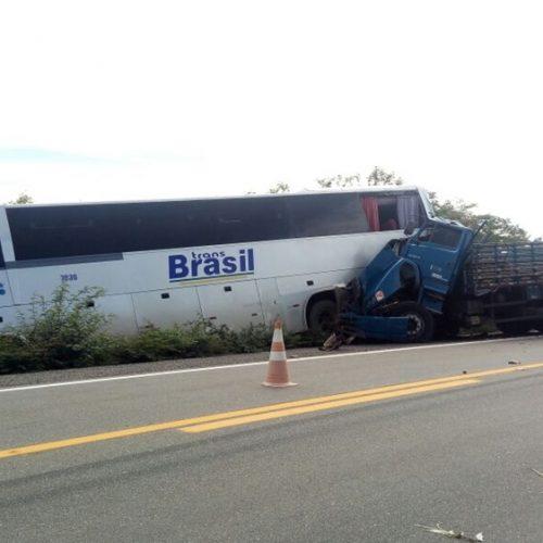 JAICÓS | Acidente entre caminhão e ônibus deixa uma pessoa morta na BR 407; vítima fica presa às ferragens