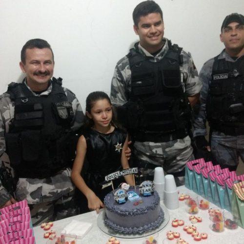 Menina que sonha em ser PM se emociona com presença de policiais em surpresa de aniversário no PI