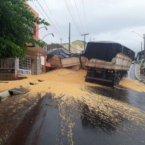 Carreta não sobe ladeira com pista molhada e causa acidente assustador em Jaicós; veja fotos
