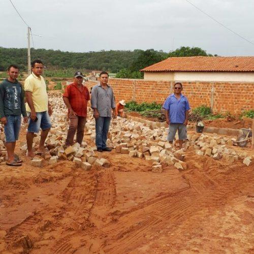 Vamos colocar um fim ao convívio com a poeira e lama, diz prefeito de Vera Mendes ao visitar obras de calçamento