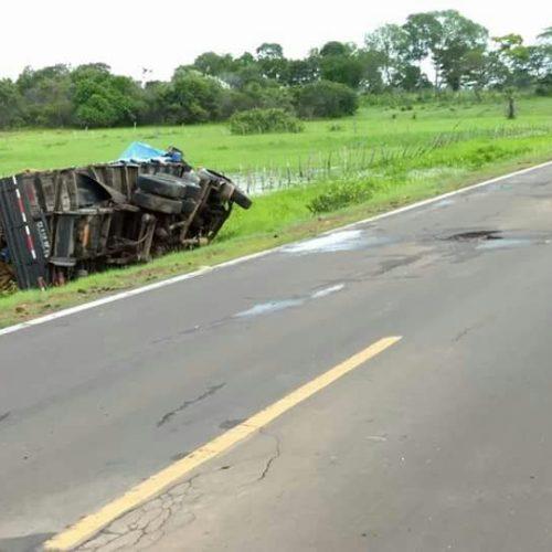 Caminhão tomba ao passar em buracos na PI-115 no Norte do Piauí