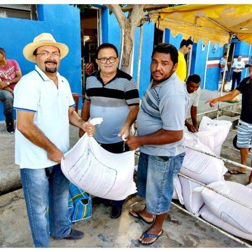 Secretaria de Agricultura de Francisco Macedo faz distribuição de sementes de feijão para agricultores do município
