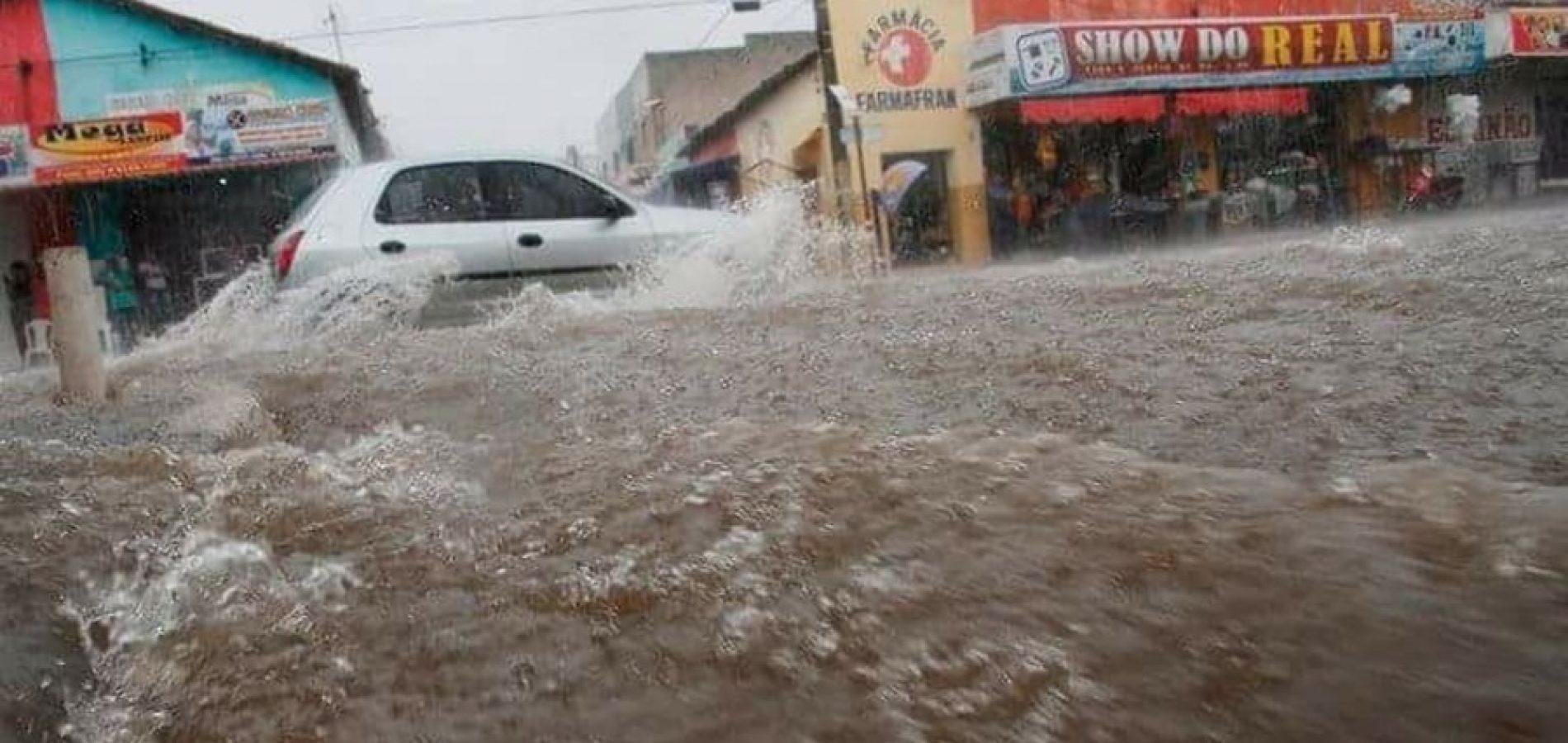 Forte chuva deixa ruas alagadas em município do interior do Piauí