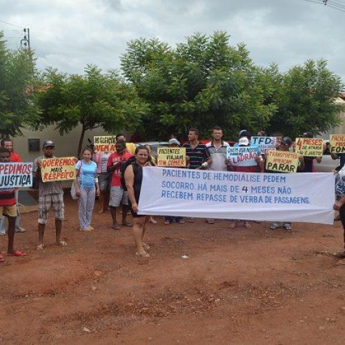 Pacientes de hemodiálise fazem manifestação por falta de repasse financeiro para custear viagens