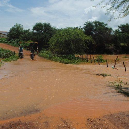 Chuva faz Rio Guaribas ressurgir na zona urbana de Picos; veja fotos