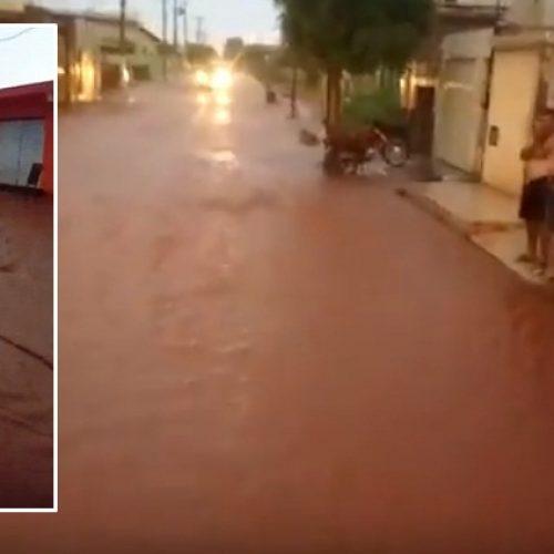 ITAINÓPOLIS | Vídeo mostra moradores 'nadando' em rua alagada. Assista!