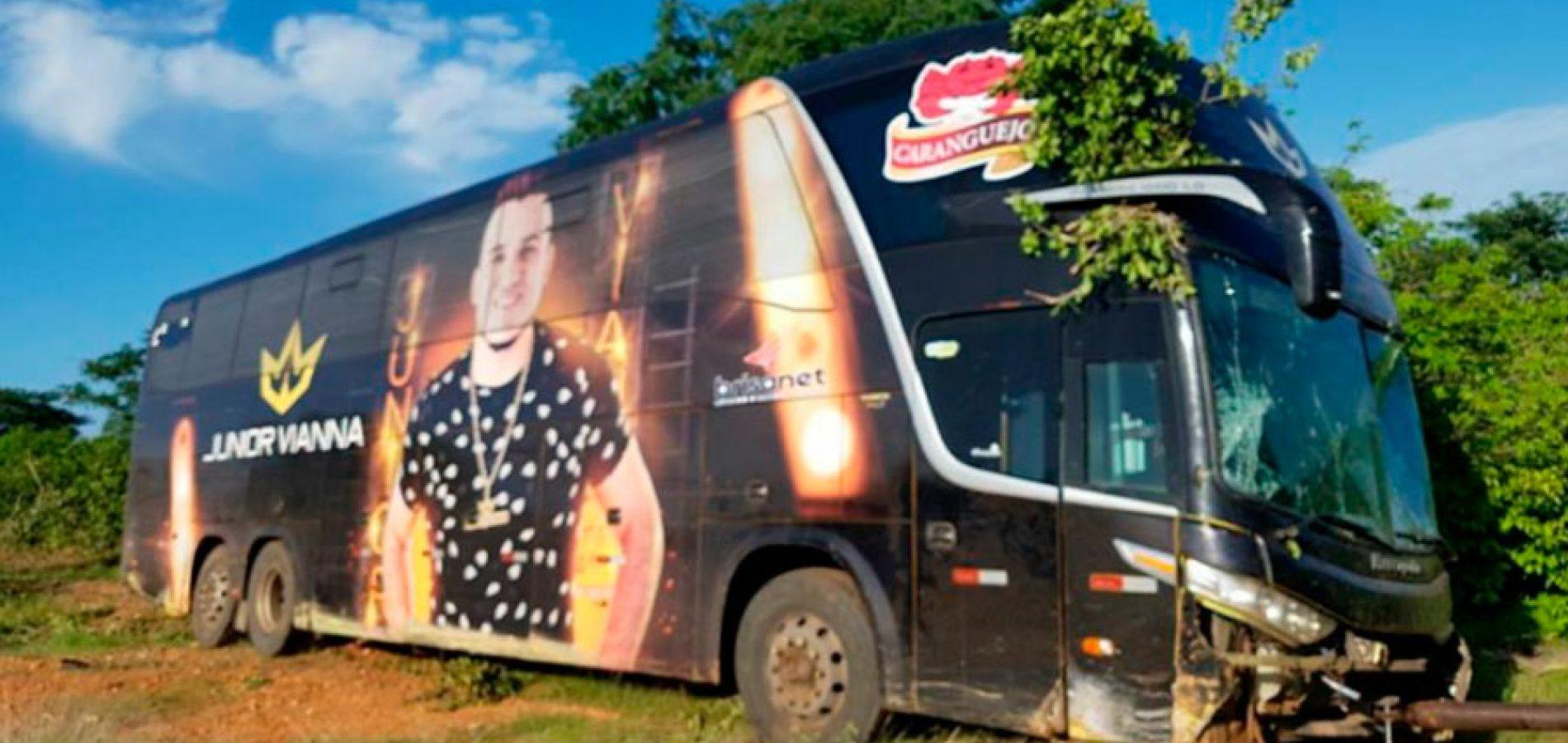 Ônibus do cantor Junior Vianna se envolve em acidente na BR-116; veja o vídeo