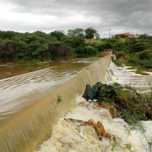Barragem transborda na cidade de Caridade do Piauí; veja fotos e vídeos
