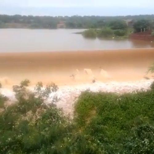 Barragem do Padre transborda em Jacobina do Piauí; fotos