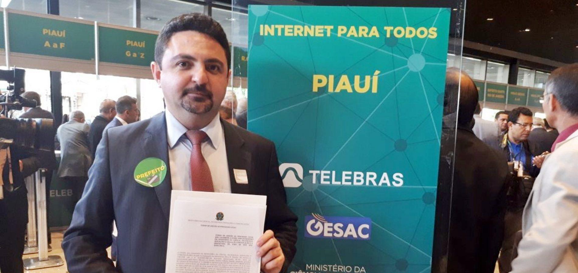 Prefeito Barroso Neto assina adesão e 11 comunidades de Santa Cruz rurais terão internet