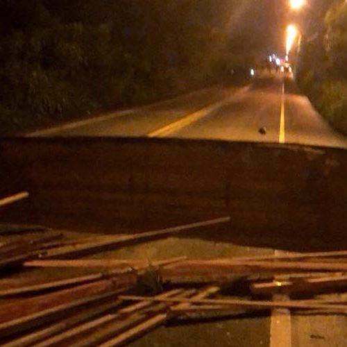 No Piauí, bueiro desmorona, rompe BR-343 e três carros caem na cratera