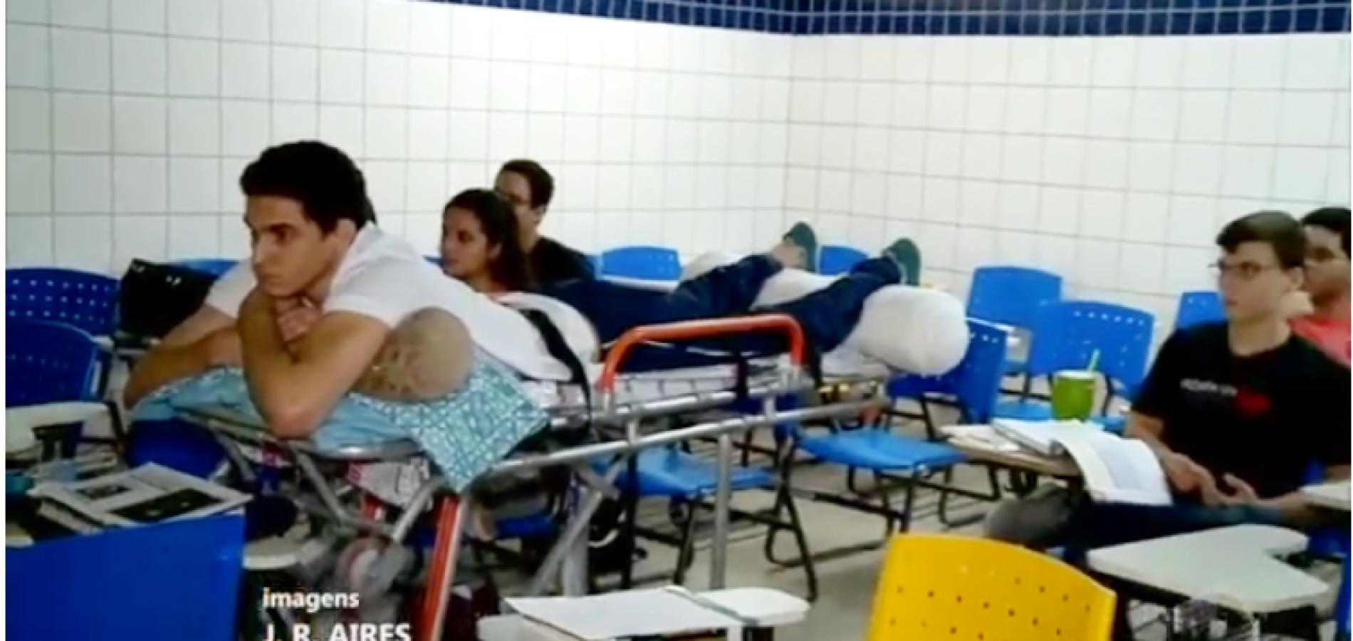 Campanha: aluno de Medicina da Ufpi assiste aula em maca e precisa de cadeira especial
