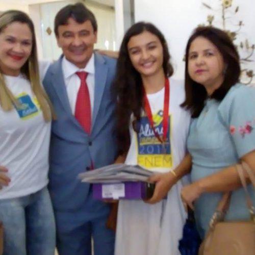 Campo-grandense Roniuza Araújo recebe medalha do Governo  por bom desempenho no Enem