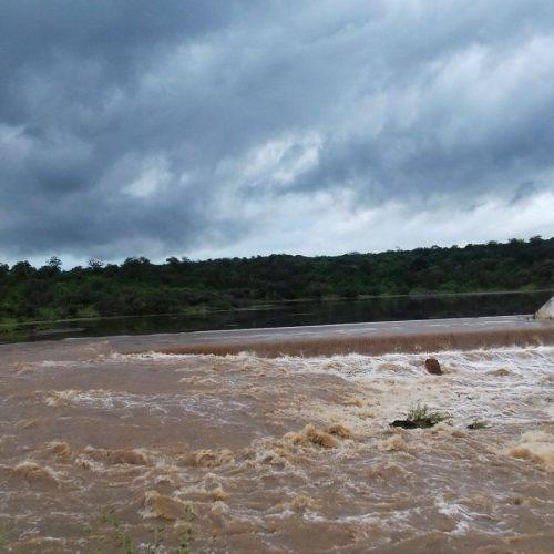 Barragem transborda no interior de Massapê do Piauí; veja fotos