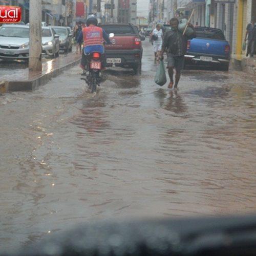 Chuva deixa ruas de Picos alagadas; confira imagens!