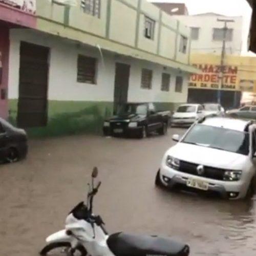 Chuva com 6 horas de duração causa alagamento em cidade do Piauí