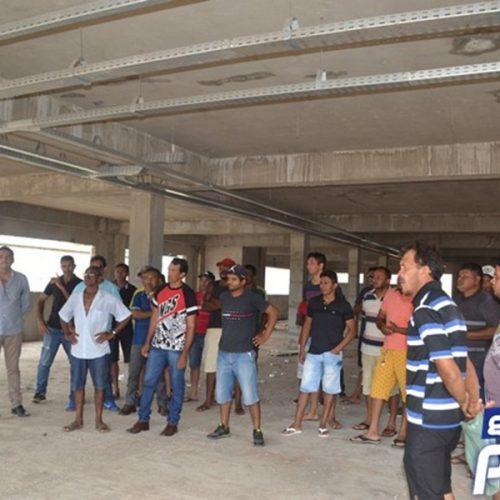 Trabalhadores da obra do Novo Fórum de Picos são demitidos sem receber salários e fazem manifestação