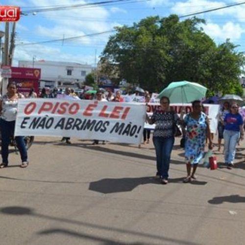 Professores promovem manifestação no centro de Picos