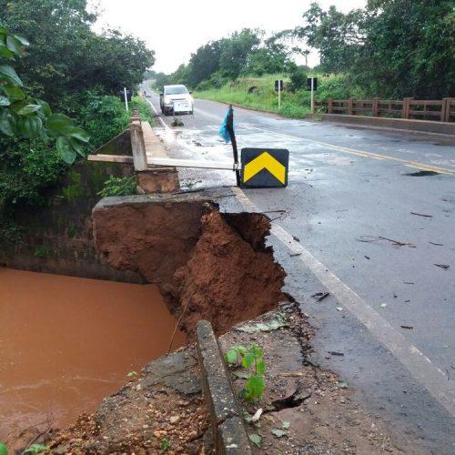 Trecho de ponte cede com chuvas e pista fica parcialmente bloqueada no Sul do PI