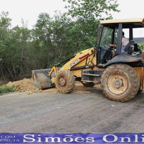 Com risco de rompimento da PI 142, Prefeitura de Simões faz reparo emergencial