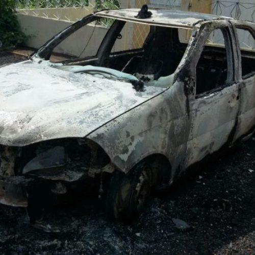 Homem incendeia viatura da Polícia Militar em Dom Expedito Lopes