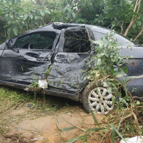 Carro de vice-prefeito é atingido por carreta desgovernada na BR 135; veja fotos