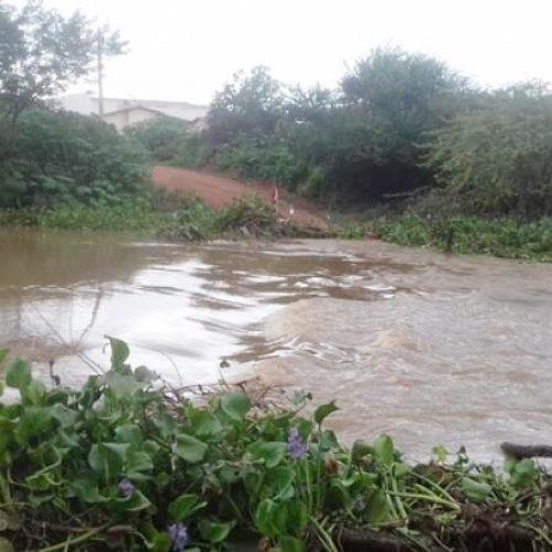 Volume do Rio Guaribas aumenta e arrasta passagem molhada em Picos