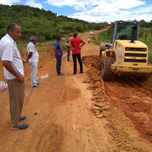 Prefeitura realiza reparos na estrada que dá acesso à localidade Esquisito em Jaicós