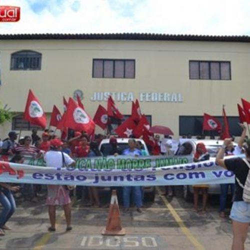 Militantes do PT e dos movimentos sociais promovem manifestação em frente a Justiça Federal de Picos