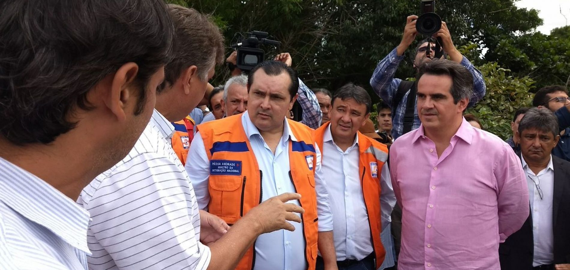 'Prioridade é atender famílias atingidas pelas enchentes', diz ministro durante vistoria na Barragem do Bezerro