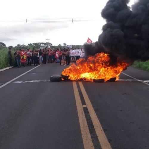 Rodovia federal é fechada no Norte do Piauí em protesto contra a prisão de Lula