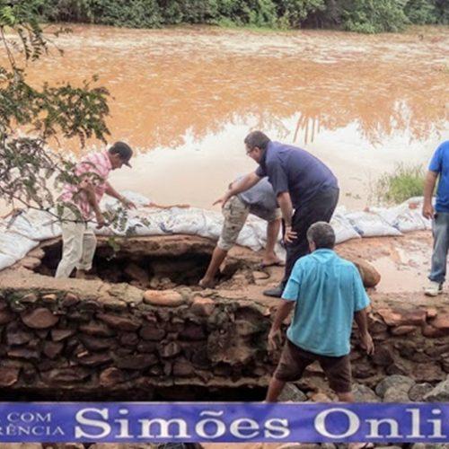 Após ameaça de rompimento, prefeitura faz reparos em passagem molhada na zona rural de Simões