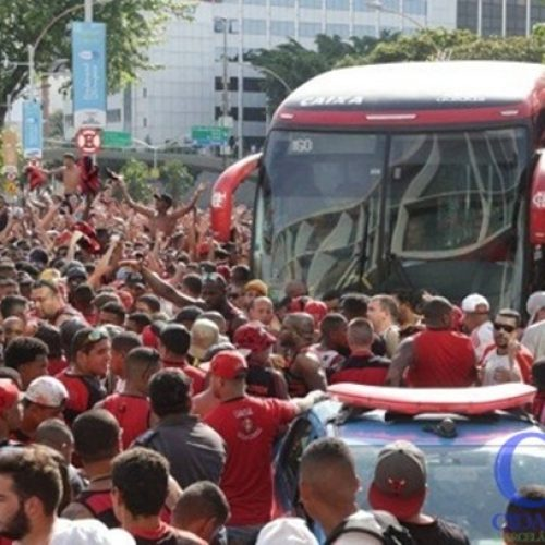 Torcida protesta e provoca tumulto no embarque do Flamengo