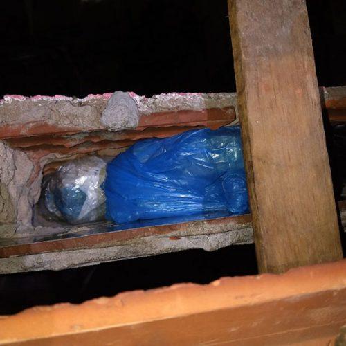 """Polícia encontra """"cofre"""" com R$ 20 mil em drogas em telhado de casa no PI"""