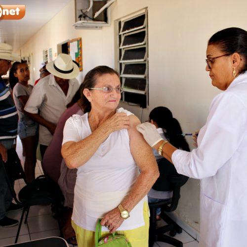 """População de Patos do PI é imunizada no """"Dia D"""" de vacinação contra a gripe"""