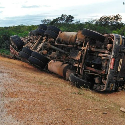 Caminhão com móveis tomba entre Simões e Caridade do Piauí