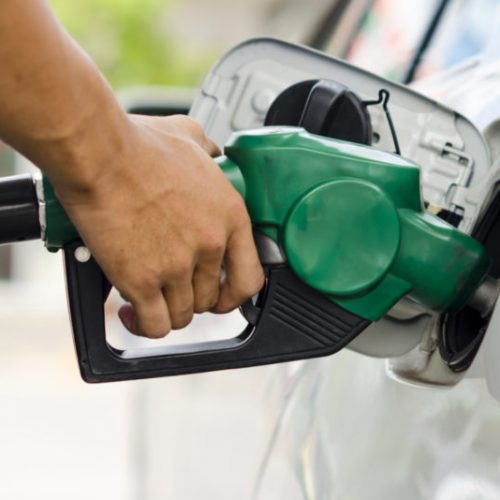 Preço da gasolina definido pela Petrobras cai 10,7% em 30 dias