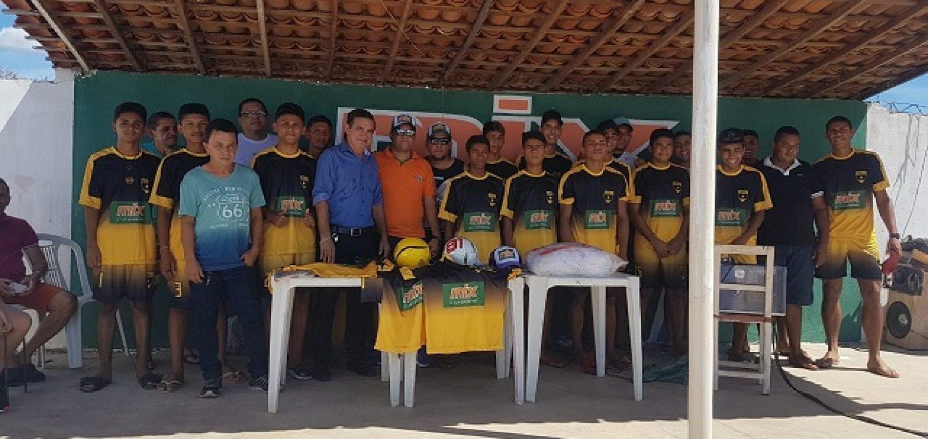 Prefeito Erculano entrega uniforme a equipe de futebol do povoado Cacimbinha