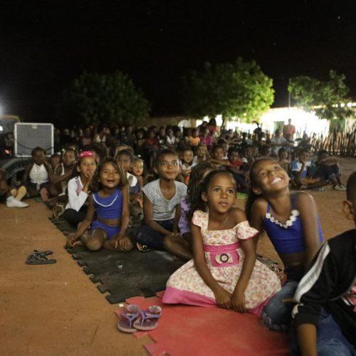 Van movida a energia solar faz exibições de cinema no interior do Piauí